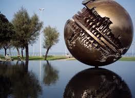 Palla di Pomodoro, sfera bronzea a Pesaro