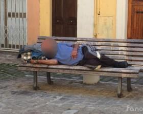 il senzatetto conosciuto dai più in città, che è solito frequentare piazza Donatori di Sangue, la panchina di fronte alla chiesa di San Tommaso e i giardini Leopardi di fronte alla scuola Olivetti di Fano
