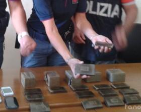 I 40 panetti di droga sequestrati dagli agenti di polizia della Squadra Mobile di Pesaro diretta da Stefano Seretti