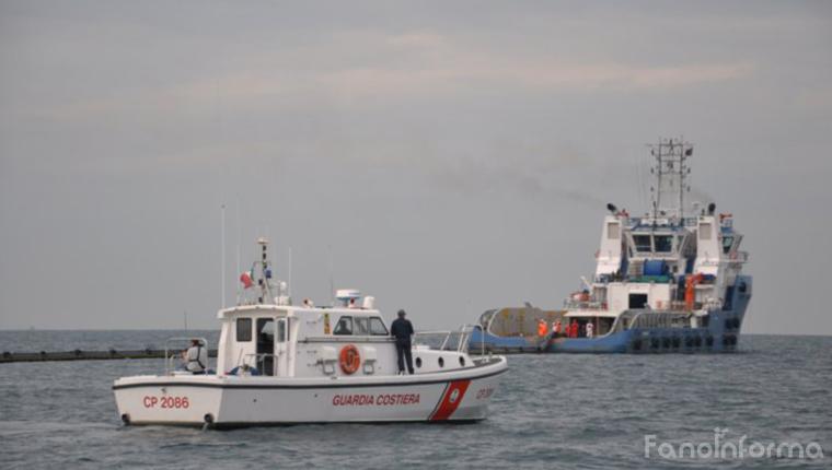 L'esercitazione antinquinamento della Capitaneria di Porto di Pesaro fatta vicino alla piattaforma Brenda
