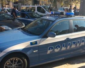 L'auto e gli agenti della polizia