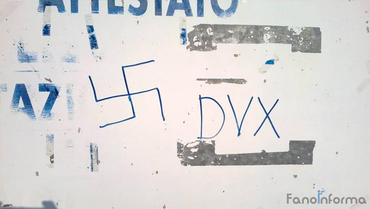 La svastica disegnata sul muro dello Spazio Autogestito Grizzly dopo la notte di vandalismi compiuta in via della Colonna, zona aeroporto di Fano