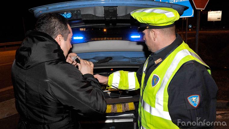 La polizia stradale effettua l'alcool test ai conducenti