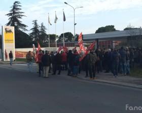 La manifestazione davanti alla sede di Fano della Saipem