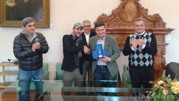 """Il Comune premia il regista de """"Gli Sbancati"""" Henry Secchiaroli nella sala della Concordia"""