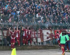 I festeggiamenti della squadra granata insieme ai tifosi dell'Alma Juventus Fano al Benelli di Pesaro