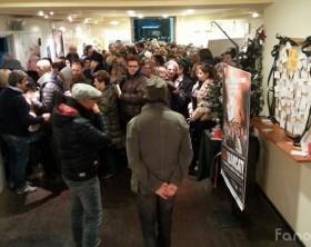 """Pubblico in fila per assistere al film di Natale in dialetto fanese """"Gli Sbancati"""" di Henry Secchiaroli"""