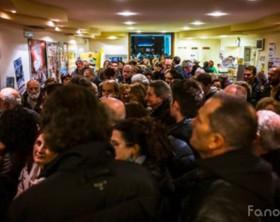 """In fila per asssitere al film di Natale in dialetto """"Gli Sbancati"""" di Henry Secchiaroli - Fano"""