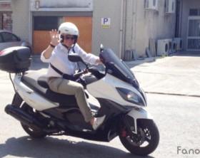 Il sindaco di Fano Massimo Seri a bordo del suo scooterone