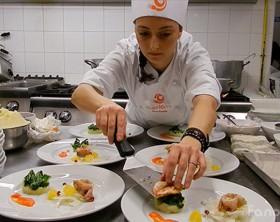 """Rachele Palazzetti, vincitrice di Chef in the City 2014, la prima sfida di cucina amatoriale della Provincia, mentre prepara il suo antipasto """"Sua maestà la Triglia"""""""