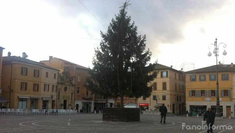 L'albero di Natale in piazza XX Settembre a Fano