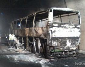 Il pullman distrutto dalle fiamme nella galleria dell'A14 di Novilara, Pesaro