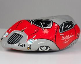 Una delle auto in pietra di Paolo Del Bianco