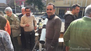 il professore Fabio Arcidiacono, del liceo scientifico Torelli di Fano insieme agli studenti