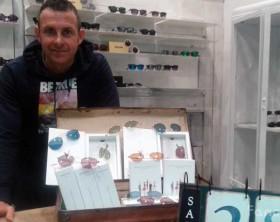 Dino Quintini all'interno del suo nuovo negozio L'Occhialaio di via Montevecchio
