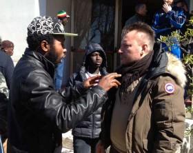 La protesta dei profughi ospiti dell'Hotel Plaza del Lido di Fano