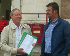 Stefano Pollegioni e Andrea Montalbini mentre consegnano le firme alle Poste di Pesaro
