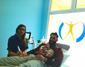 Paolo Ginestra insieme ad una fisioterapista del centro Fisiosan