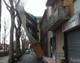 Un'impalcatura caduta a causa del vento che sta colpendo Fano