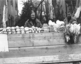 Irma al carnevale con sacchetti di caramelle per il getto e, sulla destra, elmetti e visiere anti-getto