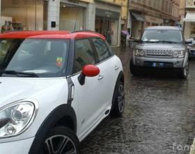 """Parcheggio """"creativo"""" in piazza XX Settembre a Fano"""