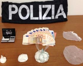 La droga e il contante trovati nella casa dei due albanesi