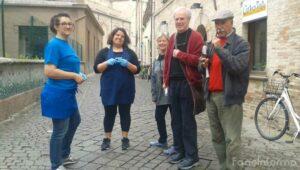 Residenti e commercianti di via San Paterniano, centro storico di Fano