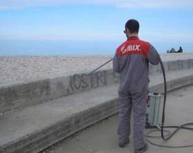 Volontario dell'associazione Regresso Arti mentre pulisce l'anfiteatro Rastatt alla Sassonia di Fano