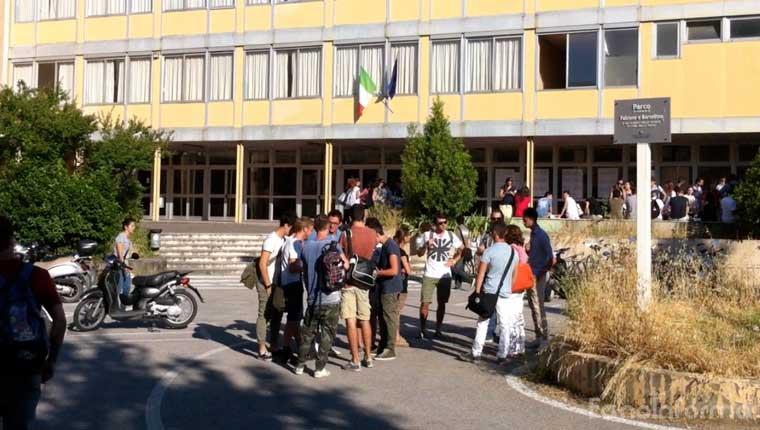 Studenti davanti a un istituto scolastico di Fano