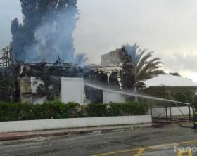 """I pompieri al lavoro per spegnere l'incendio della discoteca di Marotta """"la Folie"""", ex Miù j'Adore"""