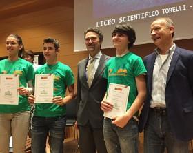 I tre studenti vincitori con il prof. Sergenti ed il presidente del FAI - responsabile di Expo