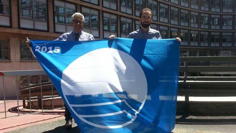 Il vicesindaco Stefano Marchegiani e l'assessore all'Ambiente Samuele Mascarin mostrano la Bandiera Blu assegnata alla città di Fano