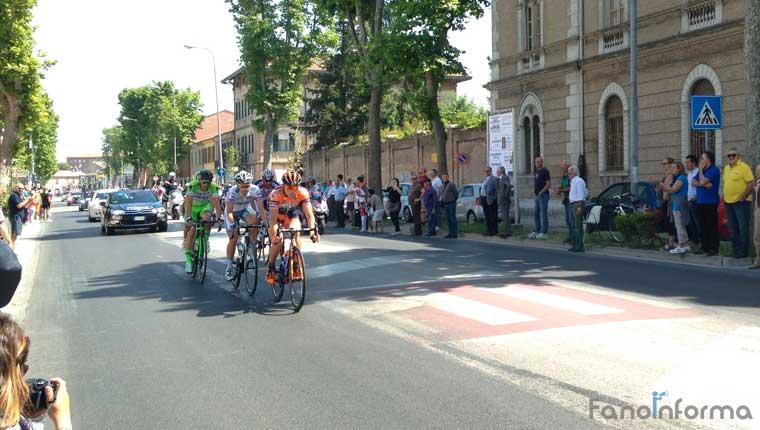 Il passaggio del Giro d'Italia in viale Gramsci a Fano