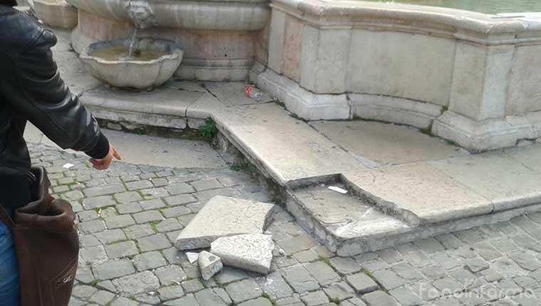 Il pezzo rotto della fontana di piazza XX Settembre a Fano