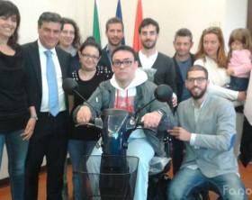 Roberto Lacoppola insieme al sindaco di Fano Seri e ai cittadini che hanno organizzato la raccolta fondi