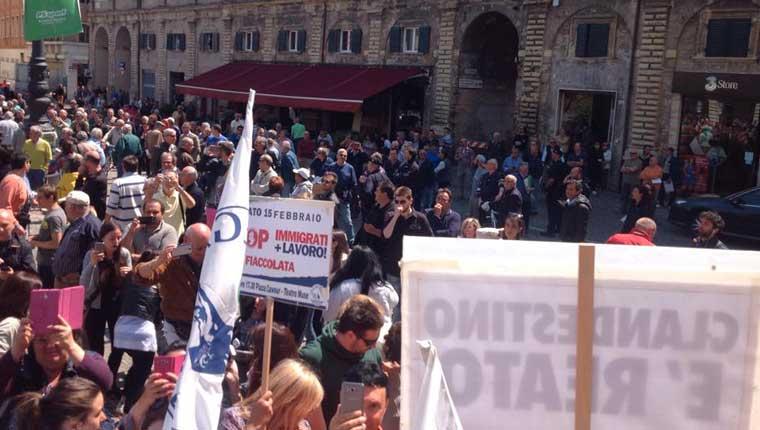 """La foto postata da Salvini sul suo profilo Facebook riporta la didascalia: """"Non potevano mancare 30 'lanciatori rossi', che hanno colpito con oggetti alcuni anziani presenti in piazza... Centri a-sociali? Ruspa""""."""