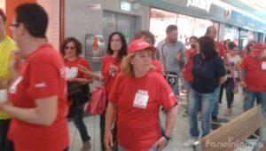 Il corteo dei dipendenti Auchan all'interno del supermercato di Fano