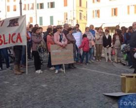"""La protesta in piazza XX Settembre a Fano di insegnanti, genitori e alunni contro """"La buona scuola"""""""