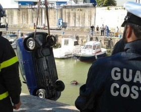 Il recupero del mezzo finito nel Tavollo al porto di Gabicce Mare
