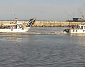 Le due barche incagliate nel porto di Fano