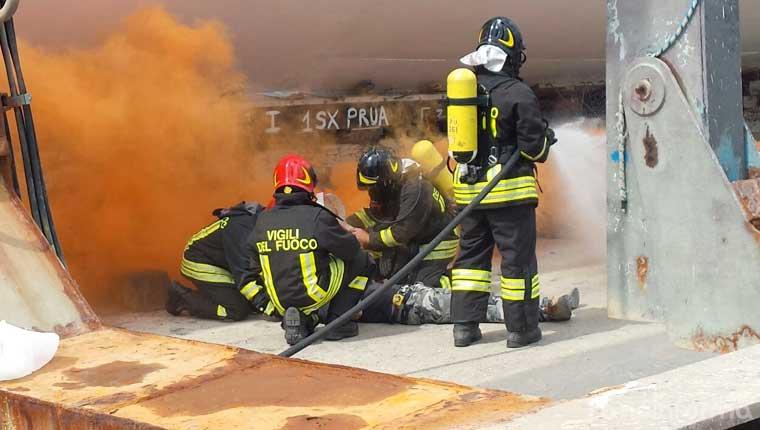 Esercitazione della guardia costiera e dei vigili del fuoco al porto di Fano