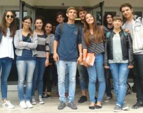 Foto di gruppo dei maturandi davanti al liceo classico Nolfi di Fano