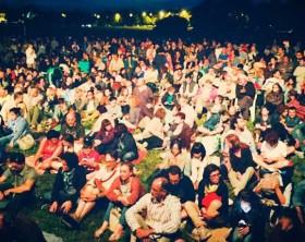 Il pubblico presente allo spettacolo di Ascanio Celestini al parco d'aviazione di Fano