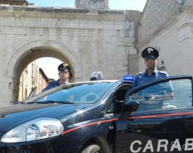 i carabinieri di Fano davanti all'Arco d'Augusto, zona Pincio