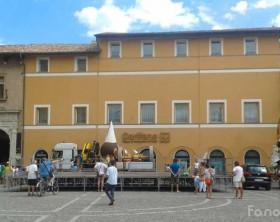 """l'arrivo del carro """"El Bugiardon"""" in piazza XX Settembre a Fano per la Festa per i Mille tesserati all'Ente Carnevalesca"""