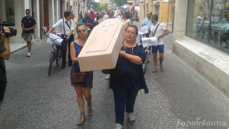 Il corteo dei commercianti di Fano in corso Matteotti