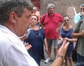 Il sindaco Massimo Seri parla ai commercianti in protesta