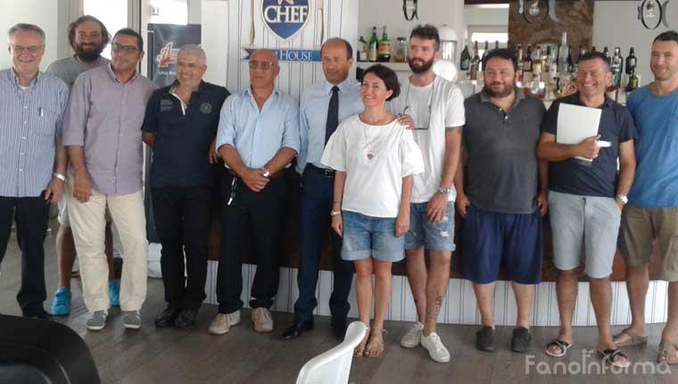 I titolari di locali e ristoranti insieme ai rappresentanti della Confcommercio di Fano e provincia di Pesaro e Urbino