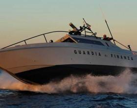 """Sicurezza in mare: le fiamme gialle schierano le tre motovedette classe """"v.5000"""", """"v.2000"""" e """"bso 200"""", in grado di superare i 50 nodi di velocità."""