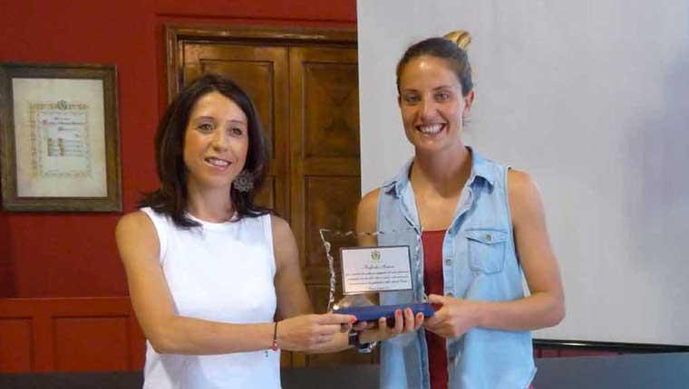 Raffaella Manieri premiata dall'assessore di Pesaro Della Dora